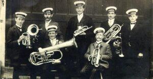 Das älteste Foto der Weitinger Musikkapelle stammt aus dem  Jahre 1911. Auf dem Bild von links nach rechts: Imhof (Horb),  Karl Gfrörer senior, Kornel Schach, Karl Raible, Klemens  Nesch, Karl Bernhard und Anton Schelhammer.